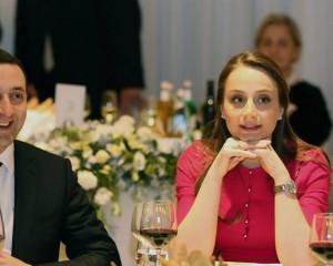 პრემიერმა მეუღლესთან ერთად დიპლომატებს სადღესასწაულო მიღებაზე უმასპინძლა (ვიდეო)
