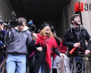 """სასწრაფოდ: სტუდენტური მოძრაობის წევრები ნიკა ანთიძეს """"კვირას"""" პრესკლუბში შეეჭრნენ (ვიდეო)"""