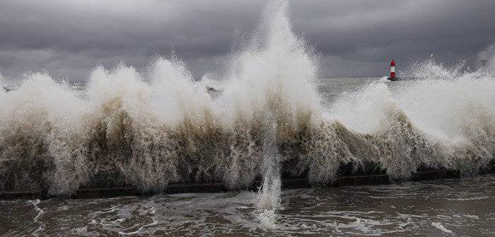 შავ ზღვაზე საშტორმო მდგომარეობაა – მაშველები დამსვენებლებს სანაპიროს დატოვებისკენ მოუწოდებენ