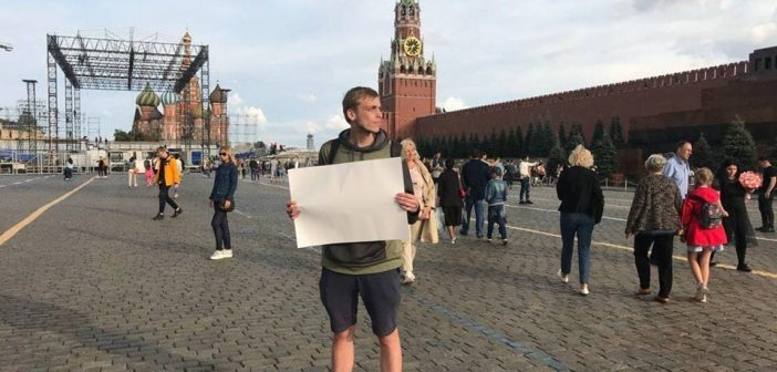 მოსკოვში აქტივისტი დააკავეს, რომელსაც კრემლის წინ ცარიელი ფურცელი ეჭირა