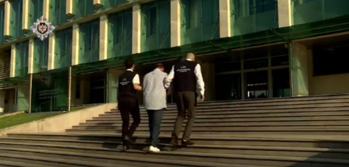აბიტურიენტის ჩარიცხვისათვის ქრთამის აღების ფაქტზე სამედიცინო უნივერსიტეტის თანამშრომელი დააკავეს (ვიდეო)